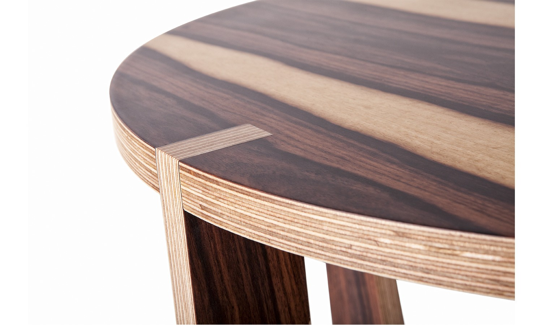 Detalle del acabado de la mesa redonda Almond